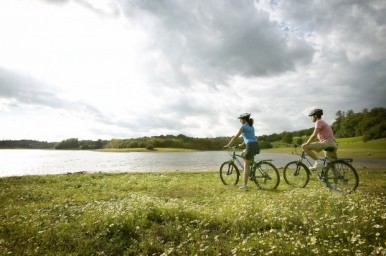 couple-cycling-around-bewl-water-on-a-sunny-afternoon-near-kent-britainonview-daniel-bosworth-620x412
